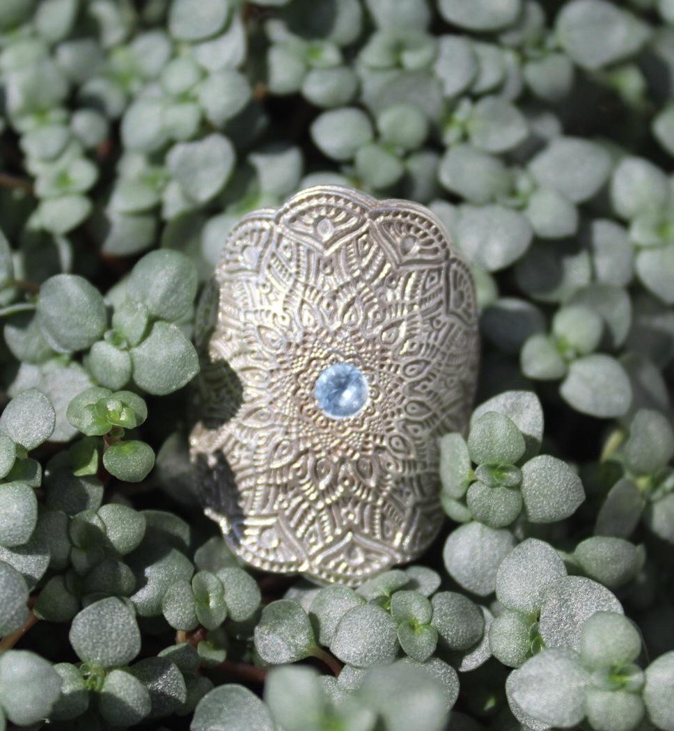 Ring Ornament mit Zirkonia hellblau