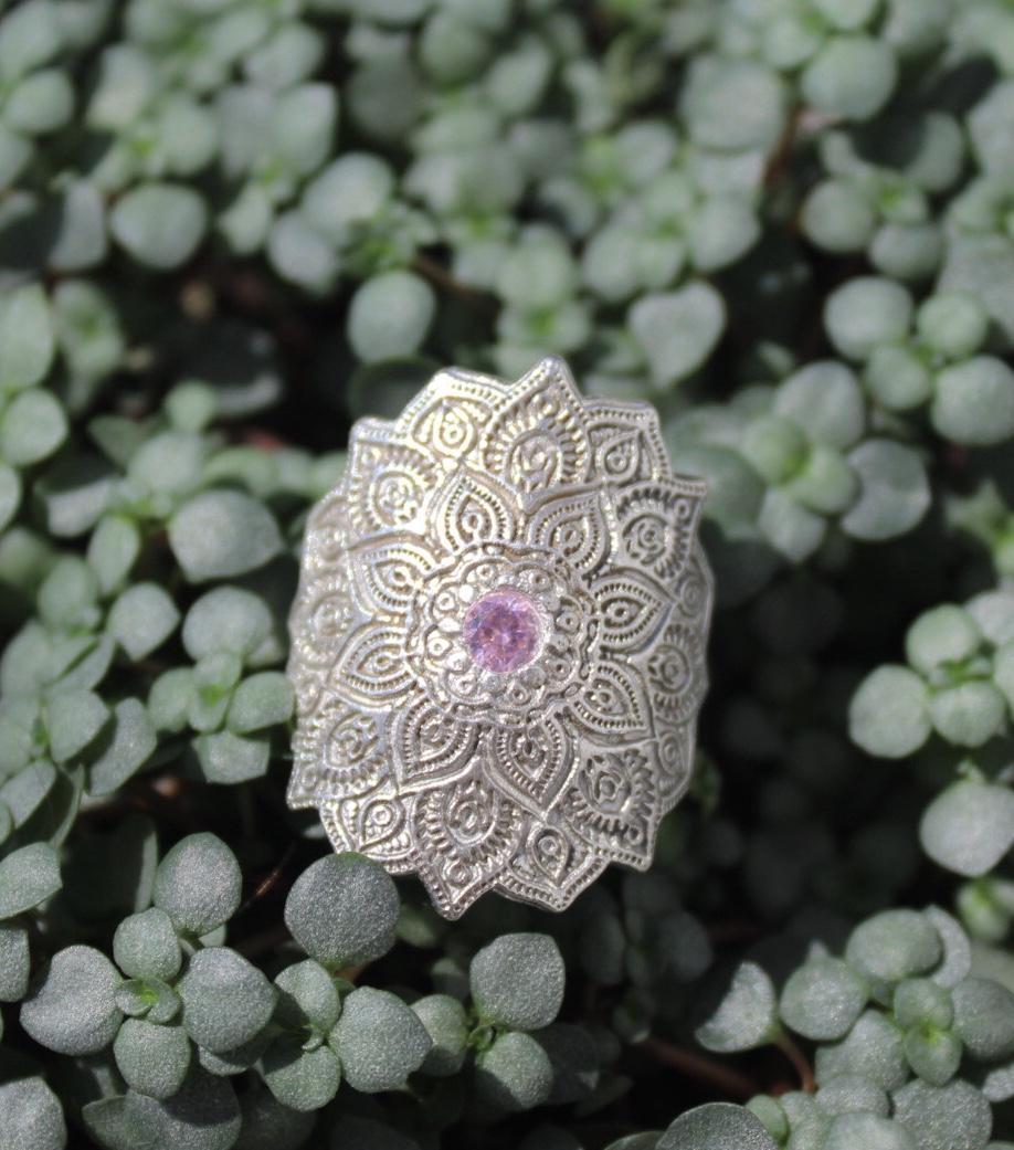 Ring Ornament mit Zirkonia pink